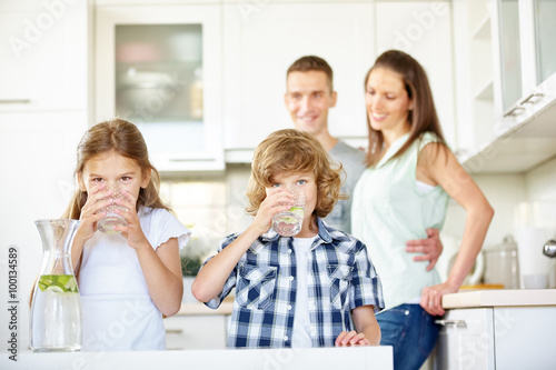 Fotografie, Obraz  Kinder trinken frisches Wasser mit Limetten