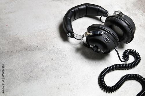 Obraz Stare słuchawki na kamiennym tle - fototapety do salonu