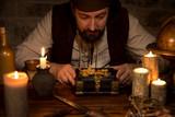 Pirat mit einem Goldschatz, viele Kerzen und antike Accessoires