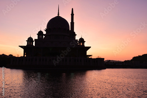 Photo  Silhouette of Putra Mosque during sunrise in Putrajaya, Malaysia.