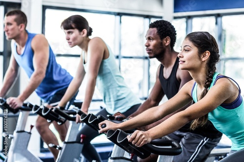 Photo Fit people working out at spinning class