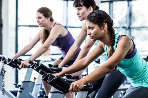 Photo Fit woman working out at spinning class