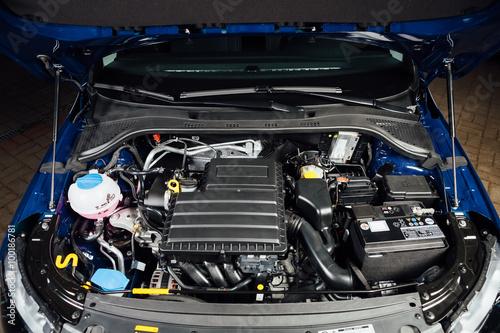 Fotografía  Motor y piezas bajo el capó del coche nuevo