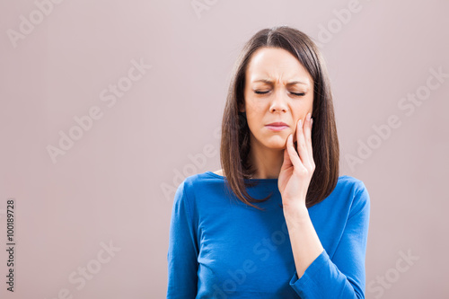 Fotografia  Portrait of young woman who is having toothache.