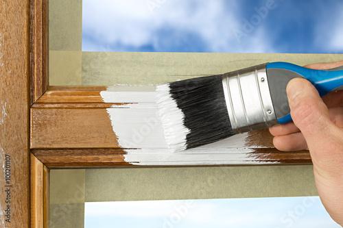 Fotografía  Revestimiento de pintura de una ventana con el color blanco
