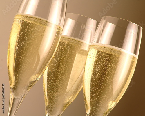 Flute con vino bianco