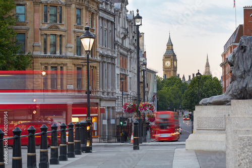 Poster Londres bus rouge Big Ben with red London bus seen from Trafalgar square, morning
