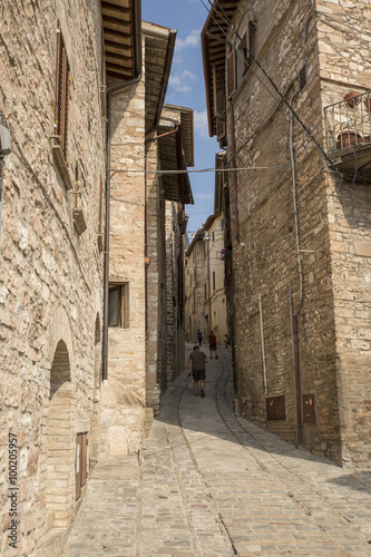 Poster Smal steegje Narrow streets of the medieval village of Spello in Umbria (Italy)