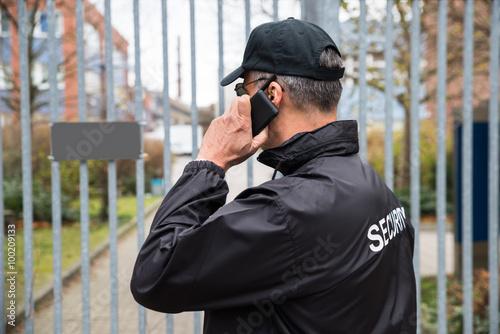 Foto  Security Guard im Gespräch über Handy Vor-Tor
