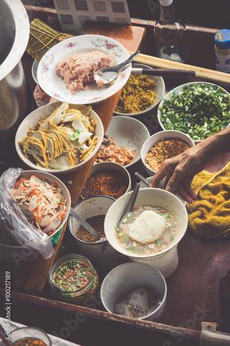 Foto op Aluminium Picknick Thai food. Spicy food at Damnoen Saduak Floating Market near Ban