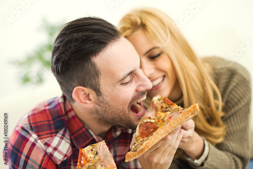 Photo  Couple eating pizza