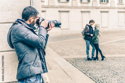Reporter spying a couple Fototapeta