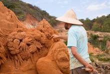 Sandskulpturen In Rotem Sand In Vietnam