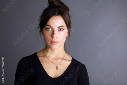 Fotobehang womenART Portrait of an attractive fashionable young brunette woman
