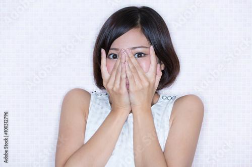 Fotografía  顔を手で覆う女性