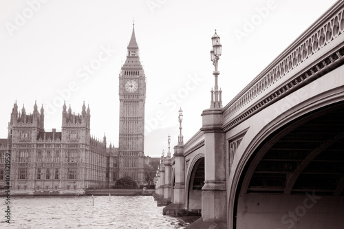 Poster Londres bus rouge Westminster Bridge with Big Ben and the Houses of Parliament, London, England, UK in Black and White Sepia Tone