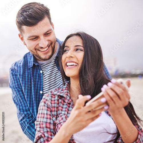 Plakat flirty hiszpanin para z smartphone