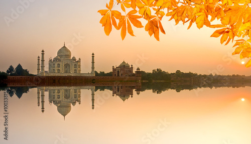 Staande foto India Taj Mahal at sunrise, Agra, Uttar Pradesh, India.