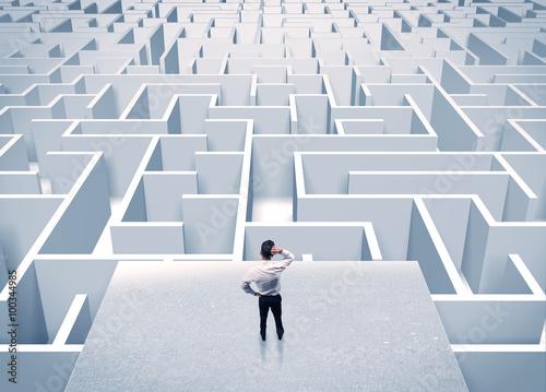 Fotografia  Businessman staring at infinite maze