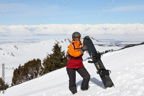 Tuinposter Wintersporten girl with snowboard on a mountain