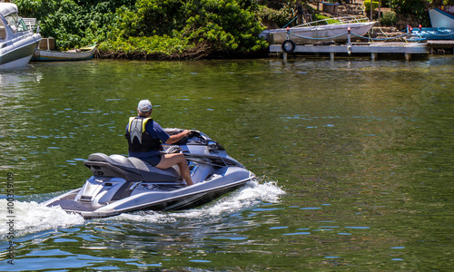 La pose en embrasure Nautique motorise Homem no jet ski.