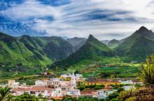 Los Silos Ist Eine Kleine Stadt Im Nord-Westen Der Kanareninsel Teneriffa. Im Hintergrund Sind Bergspitzen De Teno Gebirges Zu Sehen.