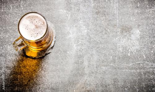 piwo-w-szklance-na-starej-kamiennej-powierzchni