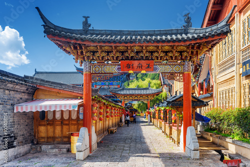 Tuinposter China Traditional Chinese wooden gate, the Old Town of Lijiang, China