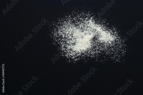 Fotografia white flour on black background - free space for text