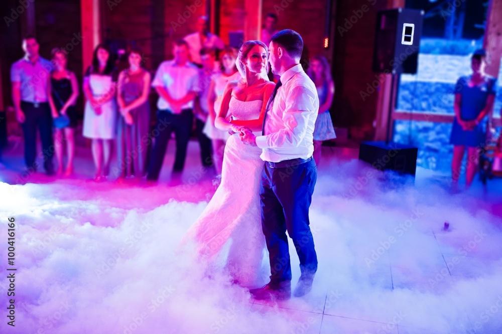 Fototapeta Amazing first wedding dance on heavy smoke