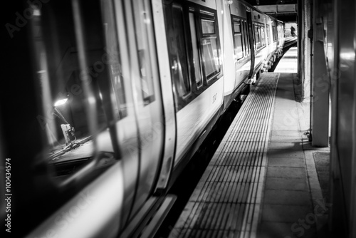 Canvastavla Dark tube train mono