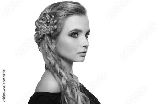 portret-pieknej-mlodej-kobiety-blondynka-na-jasnym-tle-z-fryzura-na-glowie-kopia-przestrzen