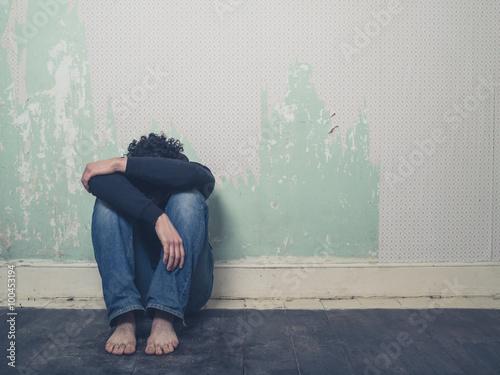 Fényképezés Sad young man in empty room