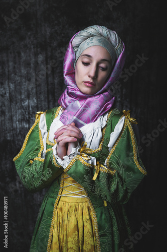 Photo Medieval woman holding hands in prayer