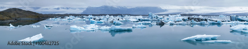 Photo sur Aluminium Glaciers floated icebergs in ice lagoon in Iceland