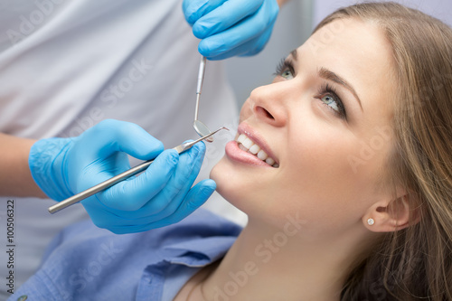 Valokuva  Dentist examining a patient's teeth in the dentist.