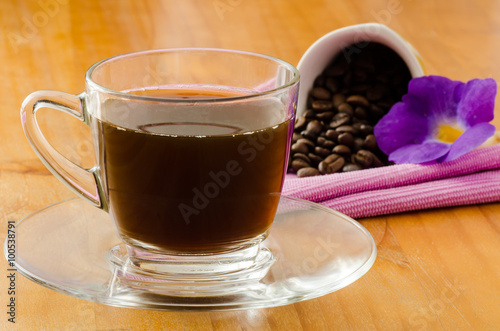 Poster de jardin Bar The cup of hot coffee and coffee bean on wooden background