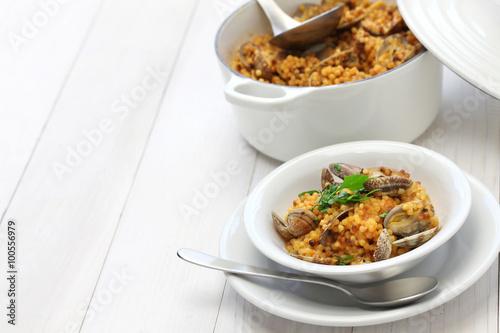 Photo  sardinian pasta with clams, italian cuisine, fregula con vongole, fregola con ar