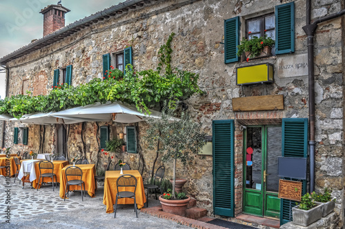 Poster Smal steegje restaurant tables in Moteriggioni