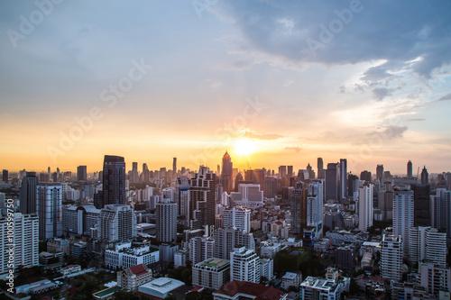Fototapeta premium widok na zachód słońca nad głąb miasta