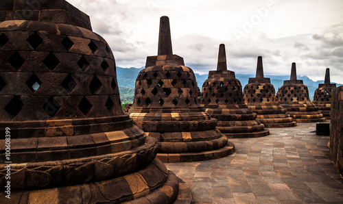 Staande foto Indonesië Heritage Buddist temple Borobudur complex in Yogjakarta in Java, indonesia