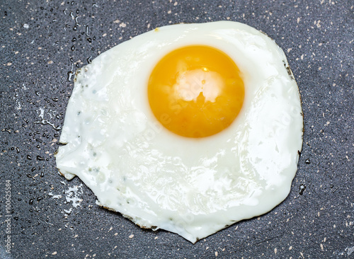 Foto op Plexiglas Gebakken Eieren Fried egg in the frying pan.