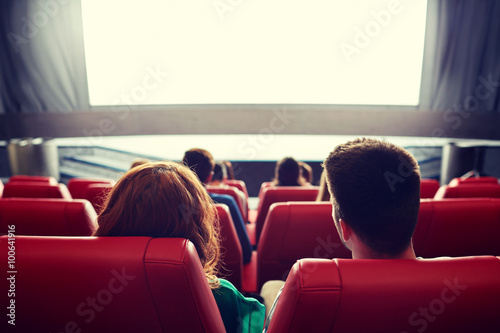 Photo  happy couple watching movie in theater or cinema