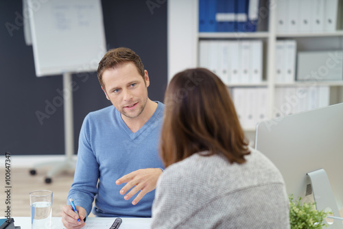Cuadros en Lienzo Mann im Büro erklärt einer Frau etwas