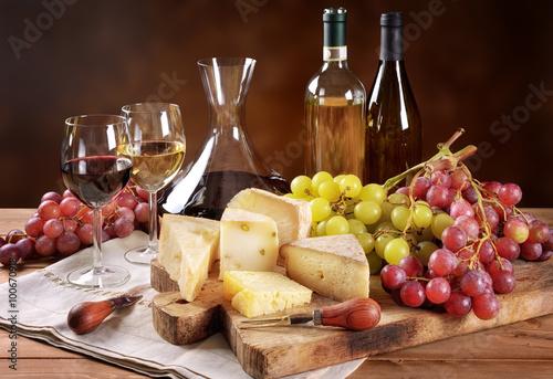Obraz na plátně  Víno, hrozny a sýrem