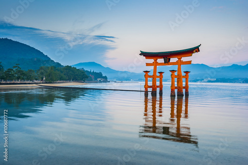 Photo sur Toile Japon The Floating Torii gate in Miyajima, Japan