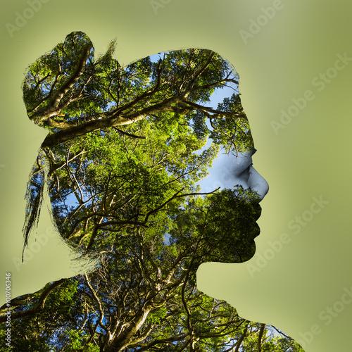 portret-mlodej-kobiety-i-lasu