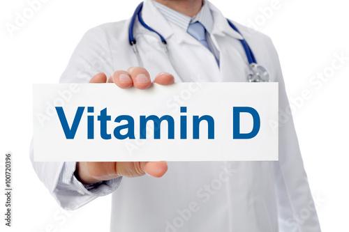 lekarz-trzyma-znak-witamina-d