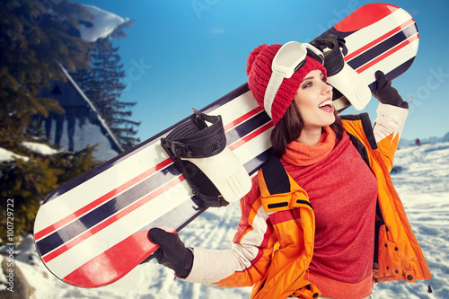 Montage in der Fensternische Wintersport young adult female snowboarder.