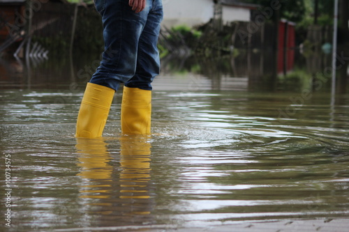 Fotografie, Tablou Stiefel im Hochwasser